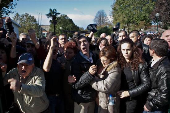 Protesto de populares na receção ao novo padre de Canelas, Albino Reis.